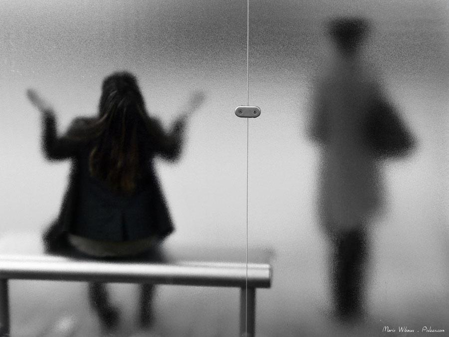 Abribus et voyageurs qui attendent