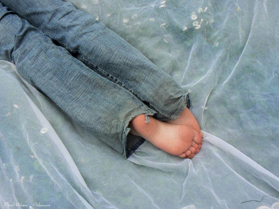 Photo pieds sieste jeune adolescent pelouse