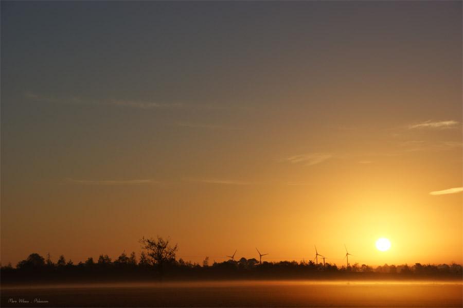 Lever de soleil sur les éoliennes de Bretagne