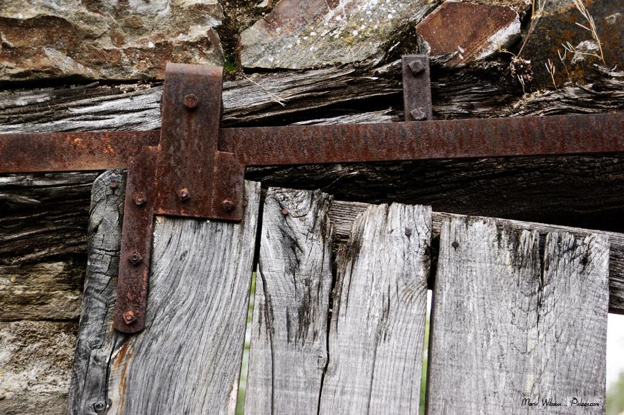 Porte texture bois fer rouille pierres