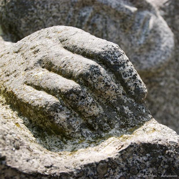 Détail de la statue du mémorial de la déportation de Fougères