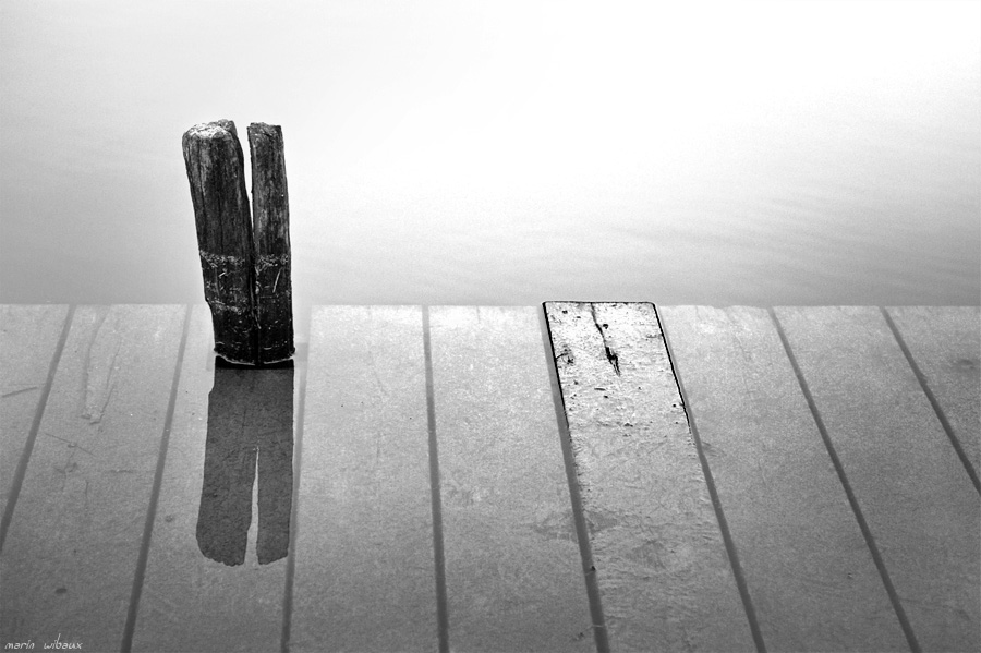 reflet d'un poteau de ponton inondé