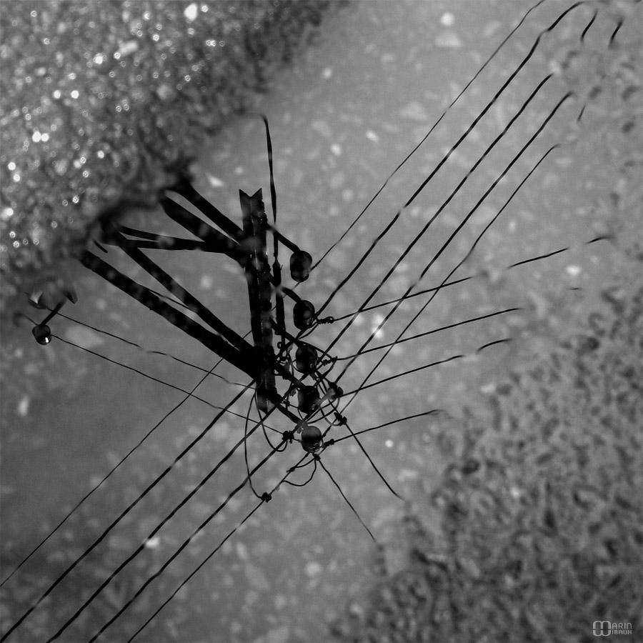 Reflet de fil électrique dans un caniveau
