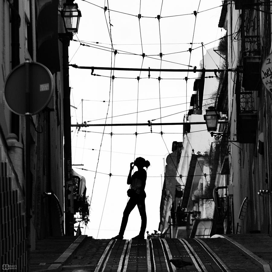 Femme de Lisboa sur les rails d'un funiculaire