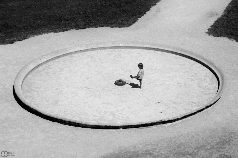 Soleil et jeu d'enfant dans un bassin asséché