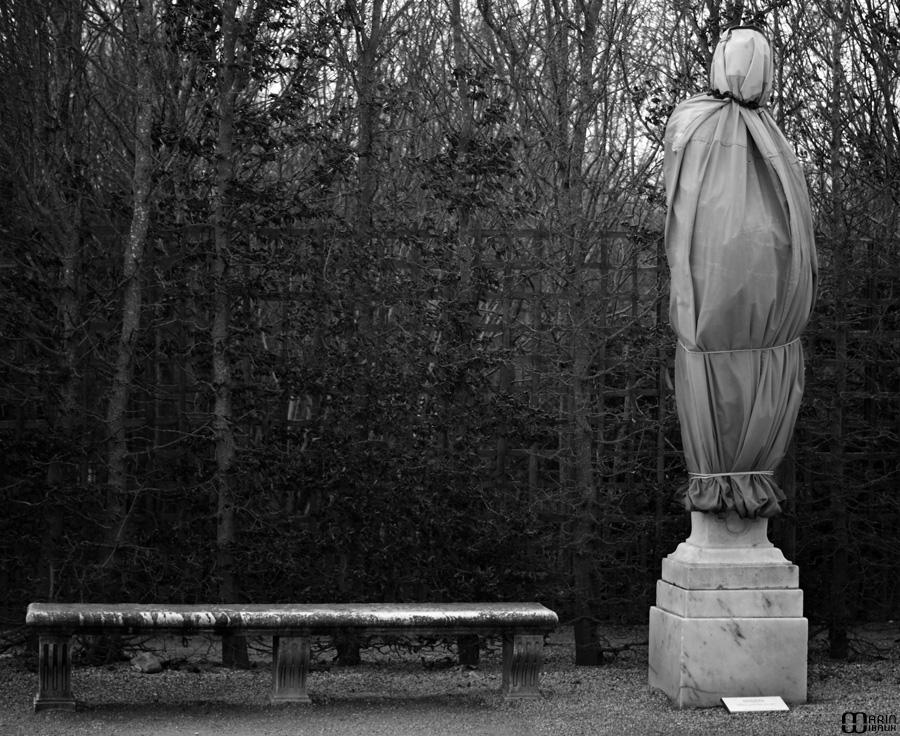 Statue du chateau de Versailles recouverte pour l'hiver