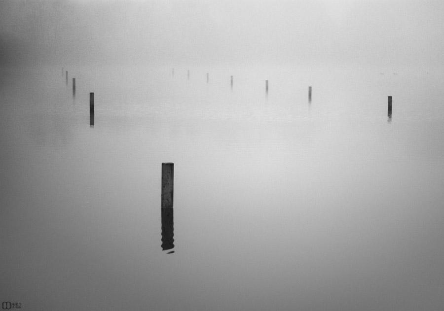 Plots sur l'eau d'un étang dans le brouillard