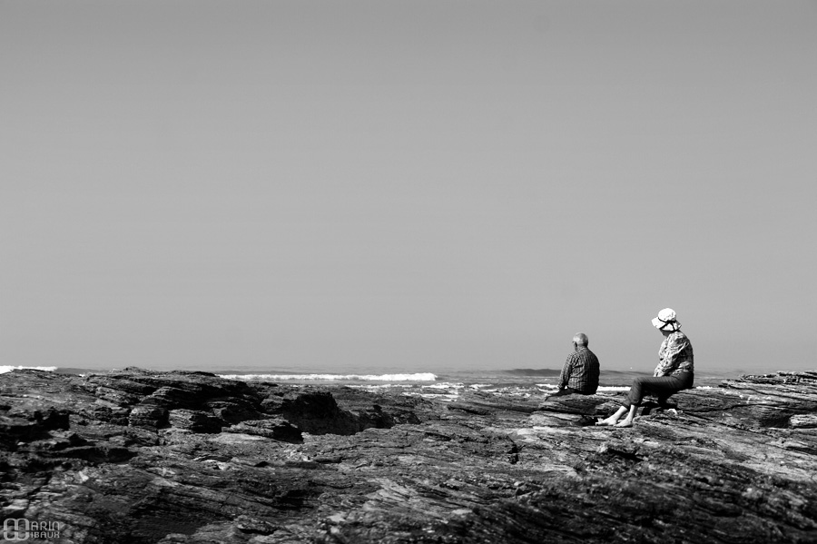 Couple sur les rochers face à la mer