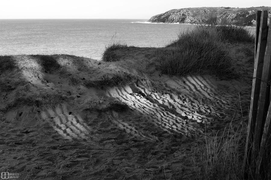 Striures d'ombre sur le sable