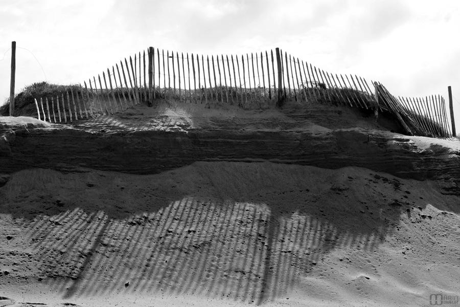 Ombres de barrières sur la plage de Pen Bron