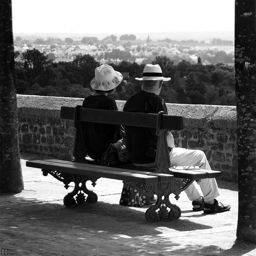 Pause d'un couple sur un banc de jardin public