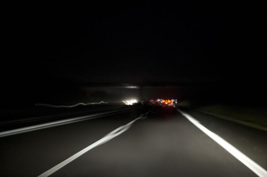 Autoroute de nuit : ligne d'arrêt d'urgence