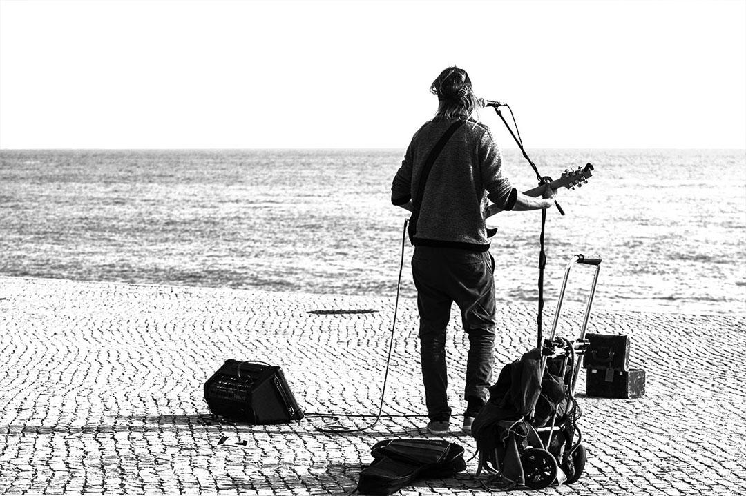 Il chante au fleuve comme on lance une bouteille à la mer