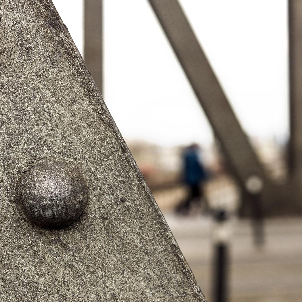 Gros plan et bokeh sur la strucutre métallique d'un pont en treillis