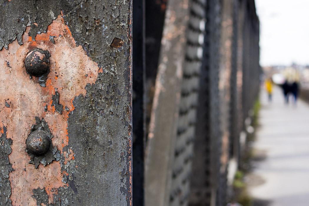 Gros plan sur rivets d'un pont métallique en treillis : bokeh