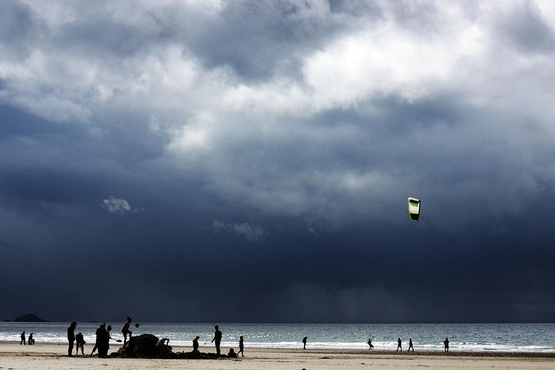 Jeux de plage un jour d'été sous un ciel tourmenté