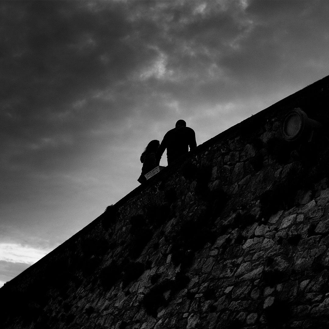 Couple qui discute sous un ciel nuageux en début de soirée - noir et blanc