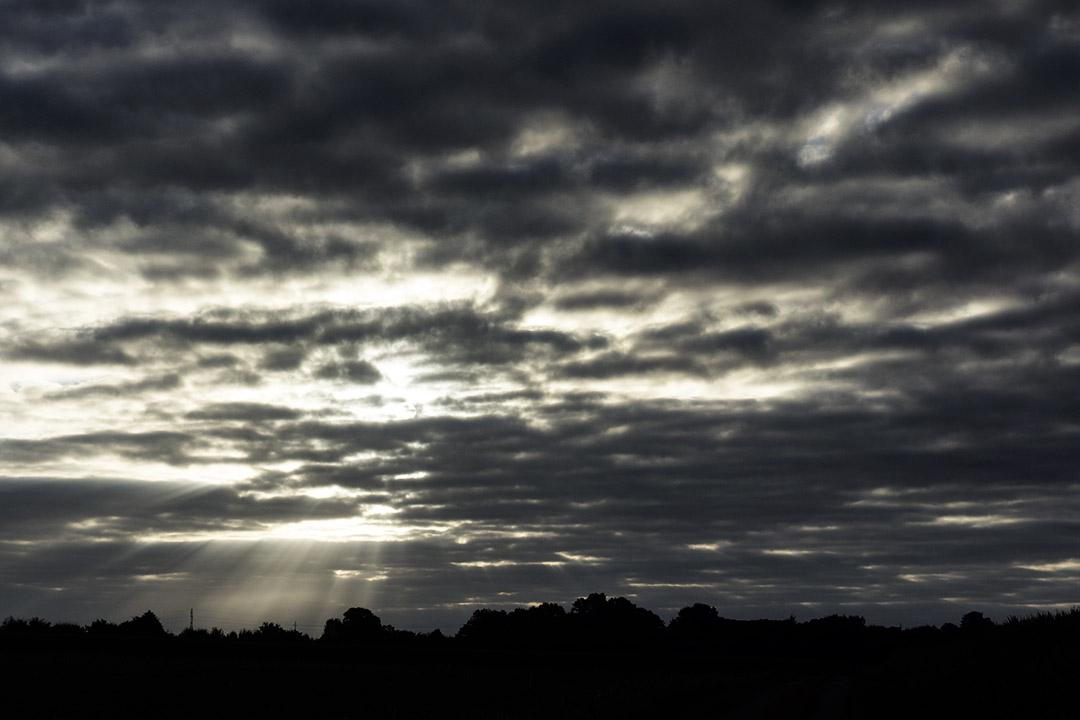 lever de soleil nuageux : rayons de soleil à travers les nuages