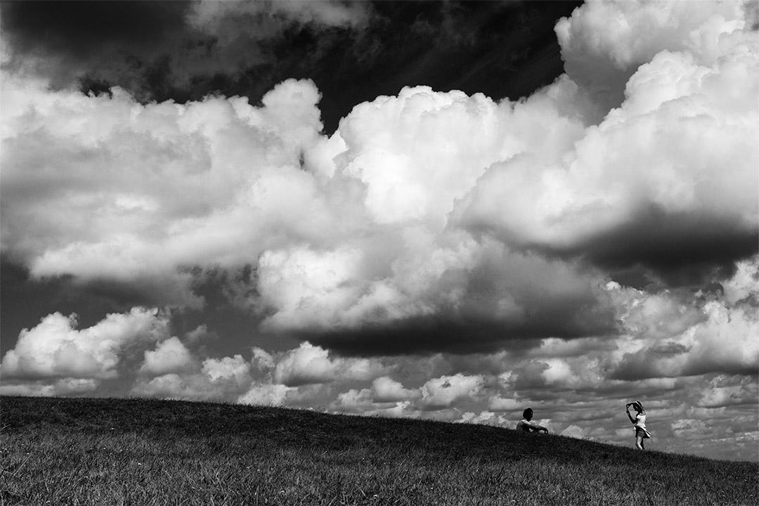 couple qui se prend en photo sous un ciel nuageux