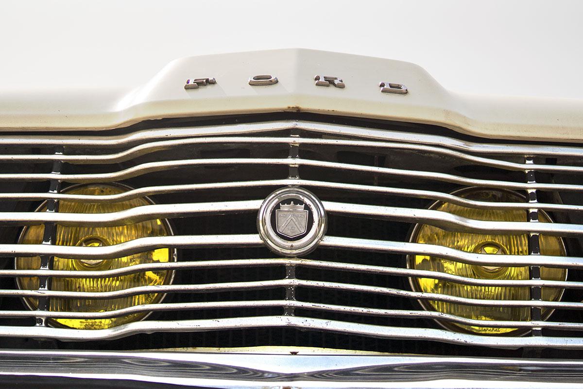Gros plan sur la calandre d'une voiture Ford