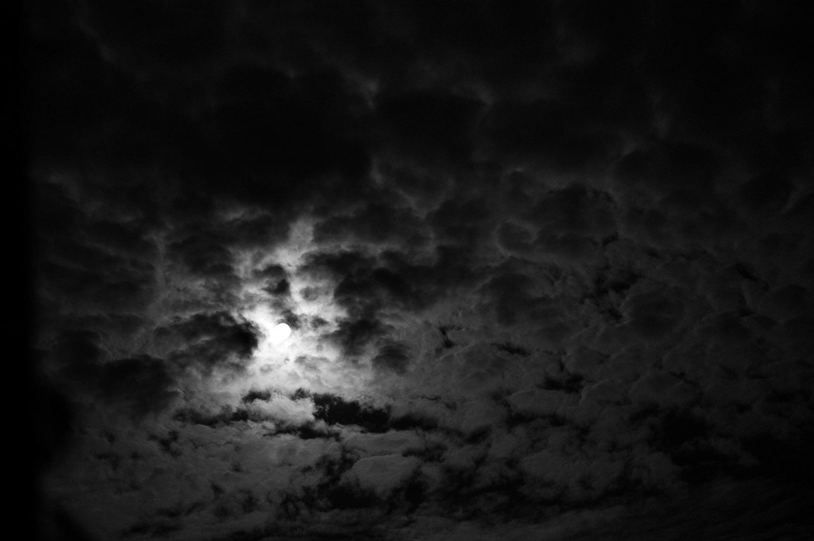 Lune qui perce les nuages