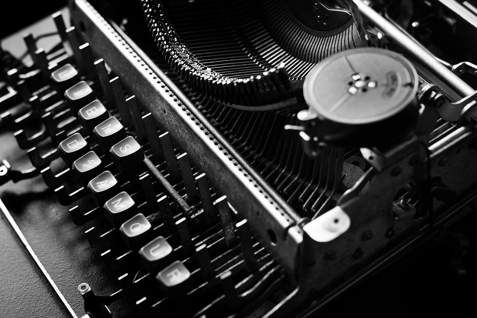 Machine à écrire désossée avec comme touches restantes LIENSD4AMOUR : photo noir et blanc