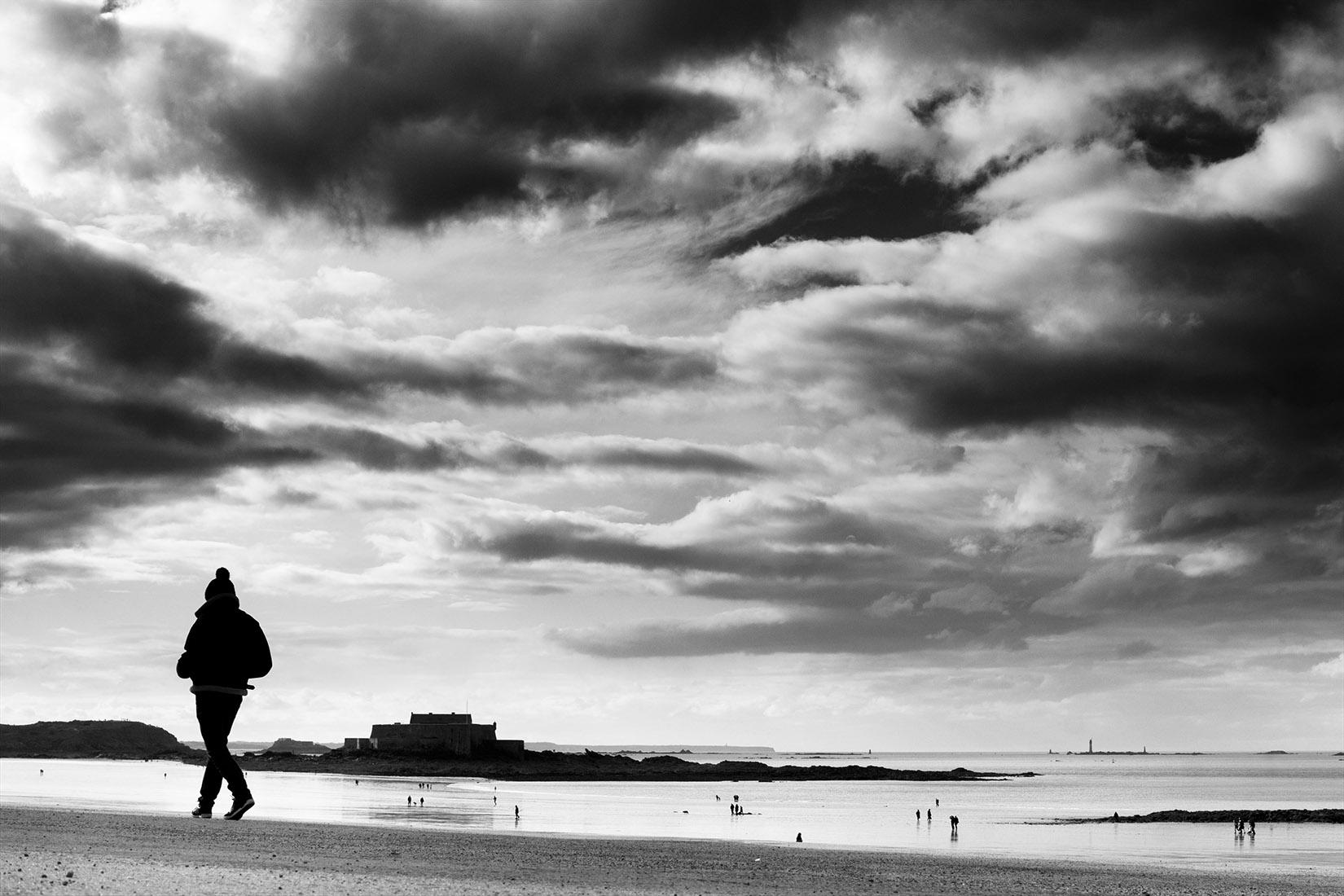 Promeneur en bord de mer : noir et blanc