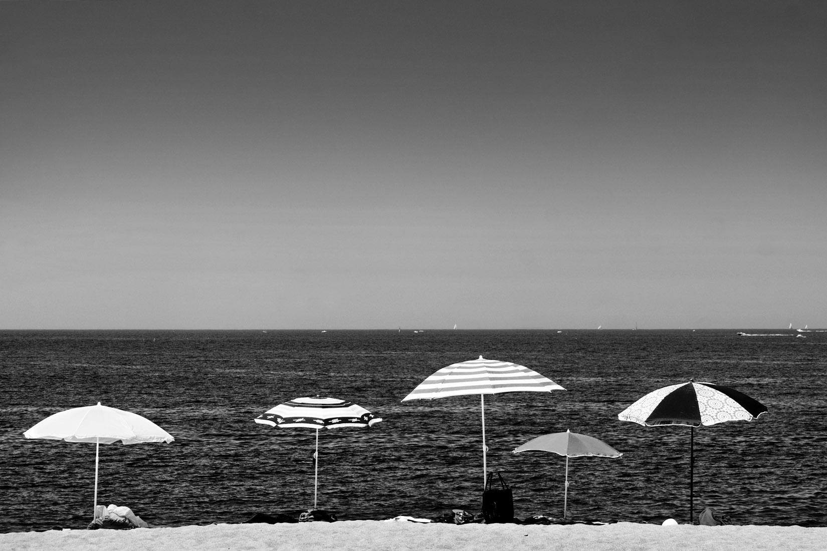 5 parasols sur une plage de la Côte d'Emeraude