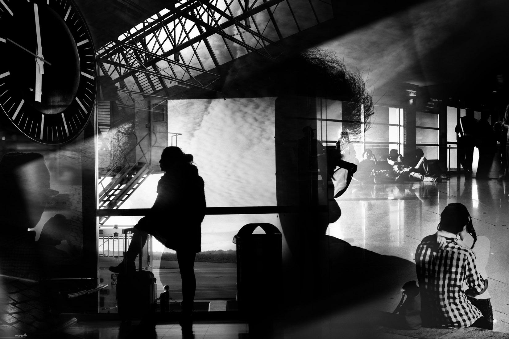 Passagers en attente de voyage : photomontage en noir et blanc