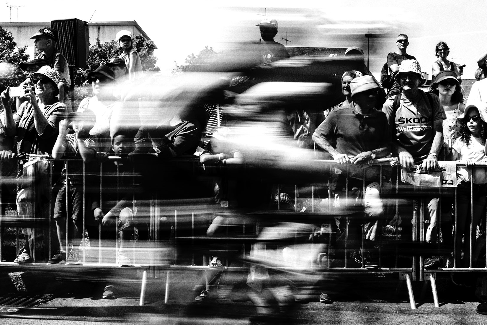 La foule du tour de France regarde les cyclistes faire leur départ dans la ville de Fougères