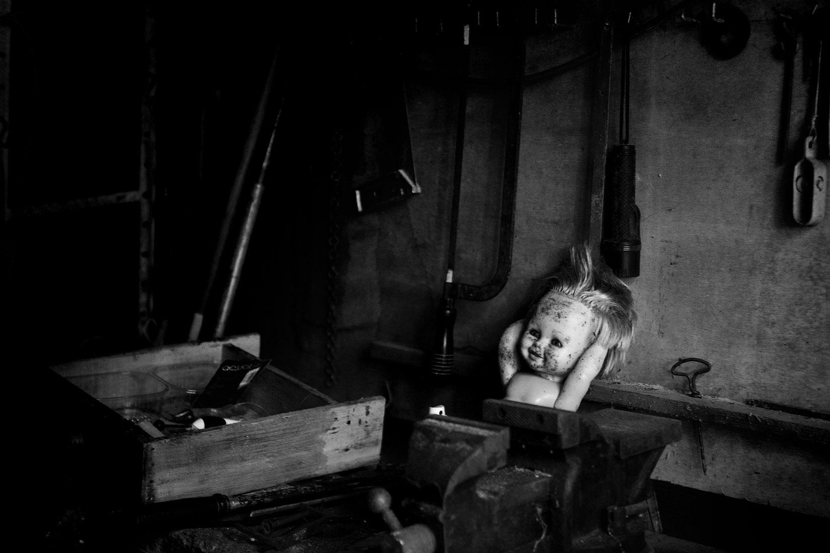 Une poupée abandonnée dans un atelier de bricolage