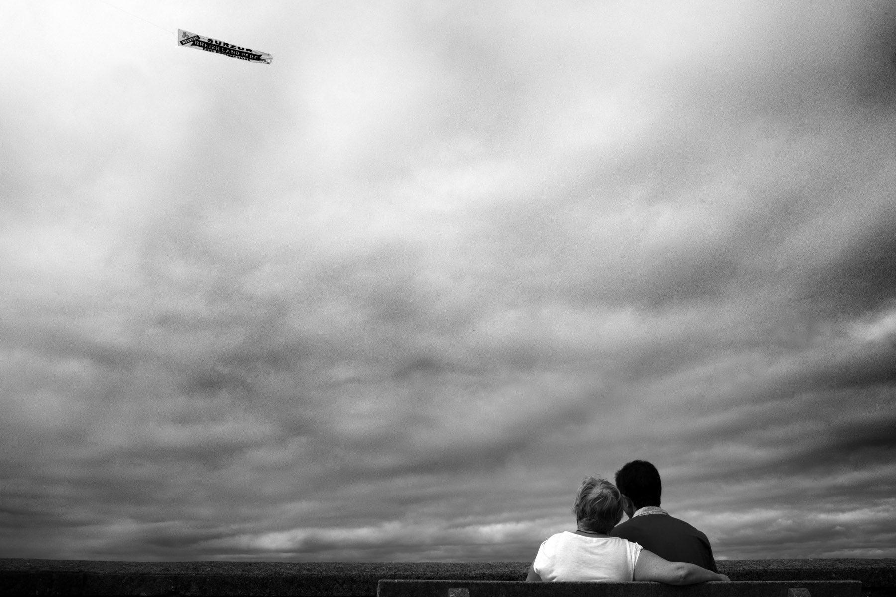 Couple qui regarde passer un avion publicitaire