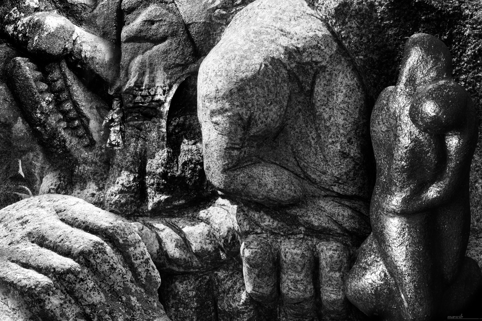 Main de sculpture en granite : montage photo en noir et blanc