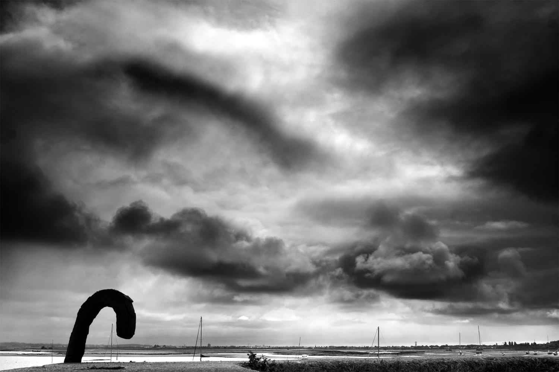 bord de mer : ciel nuageux en noir et blanc