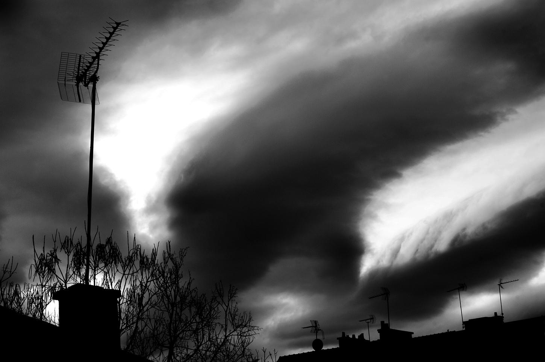 ciel de nuages - contraste noir et blanc : mouvement de houle avant la pluie