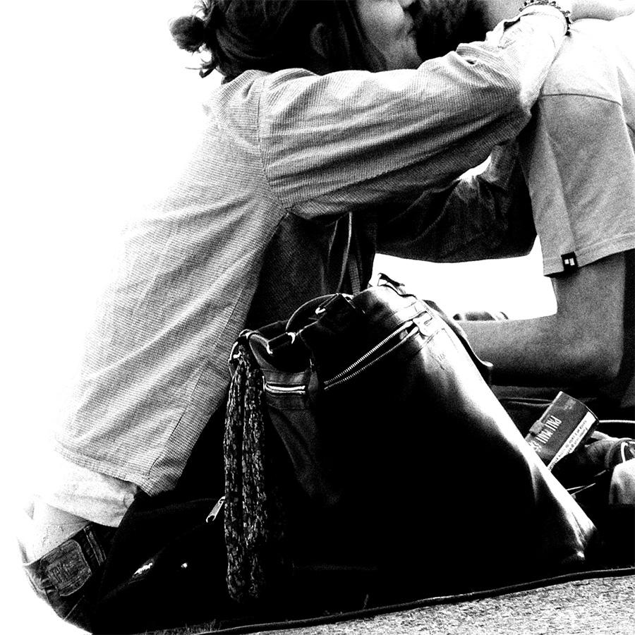 amoureux qui s'embrassent ; noir et blanc