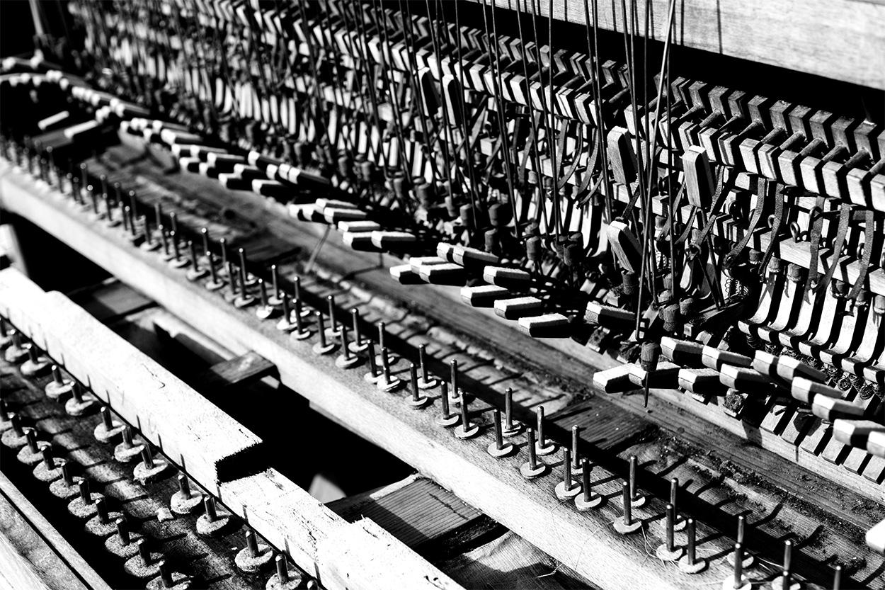 vieux piano démonté - noir et blanc