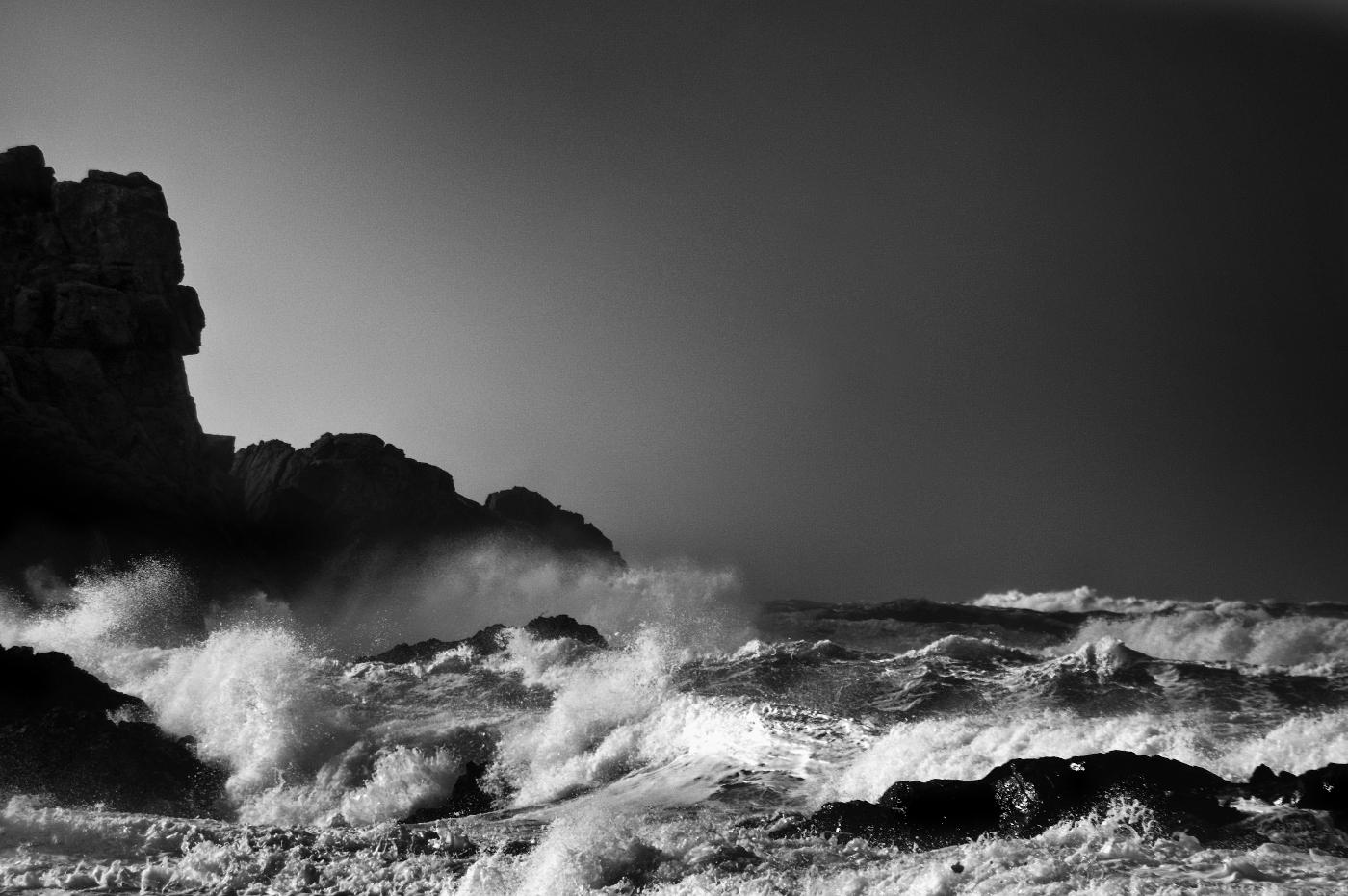 tempête sur la côte rocheuse - noir et blanc