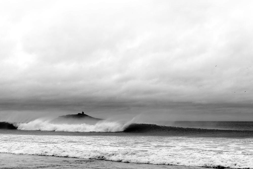 Ilot Saint-Michel de Sables-d'or-les-Pins derrière les vagues