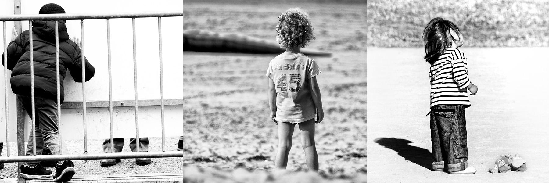 Portrait de dos de trois jeunes enfants : portrait noir et blanc